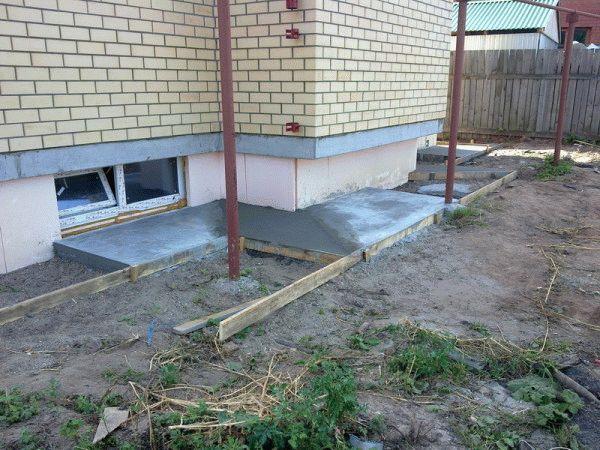 Чем отделать бетонную отмостку